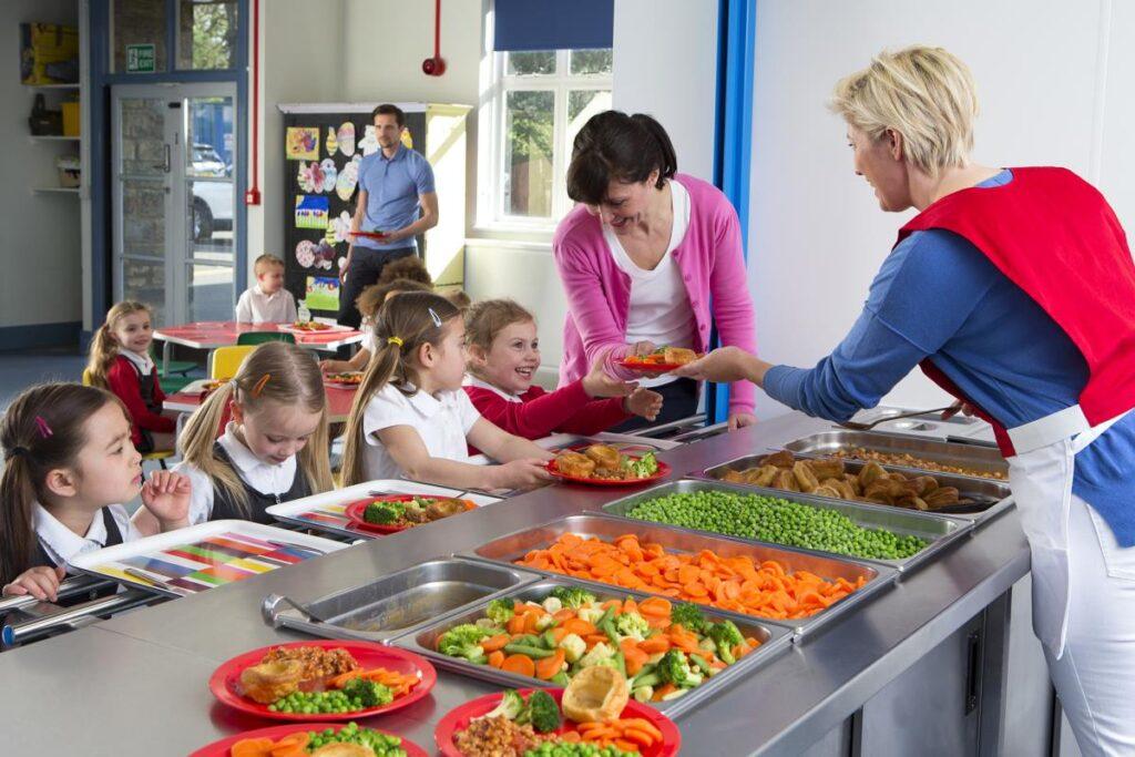 prvi-dan-razdeljenih-preko-90-brezplacnih-toplih-obrokov-za-ucence-osnovnih-sol-in-dijakov-iz-obcine-grosuplje
