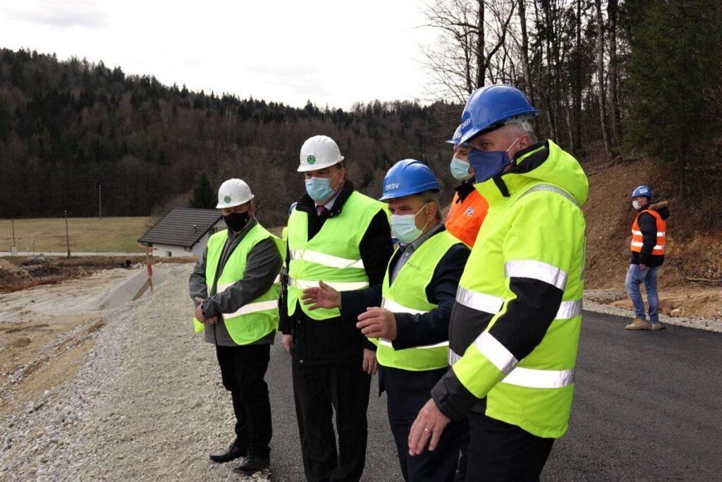 minister-mag.-andrej-vizjak-si-je-ogledal-potek-del-gradnje-zadrzevalnika-veliki-potok