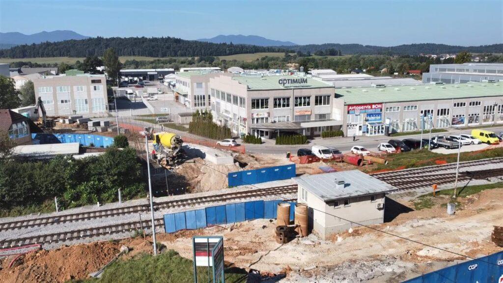 nadgradnja-zelezniske-postaje-grosuplje-in-gradnja-novega-nadvoza-motvoz-potekata-po-planu
