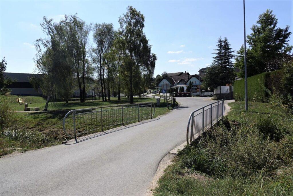pricenja-se-rekonstrukcija-mostu-preko-potoka-bicje-v-brezju-pri-grosupljem